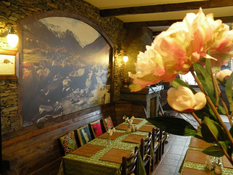 ресторан с камином в отеле в Приэльбрусье